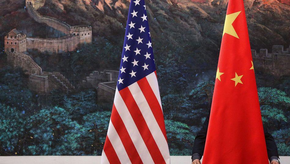 Flaggen der USA und Chinas