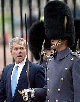 US-Präsident Bush mit einem Wachsoldat vor dem Buckingham Palace in London: Nicht jeder darf Gefühle zeigen