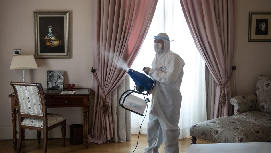"""Ein Mitarbeiter desinfiziert das """"Greta-Garbo""""-Zimmer in einem Hotel in Istanbul"""
