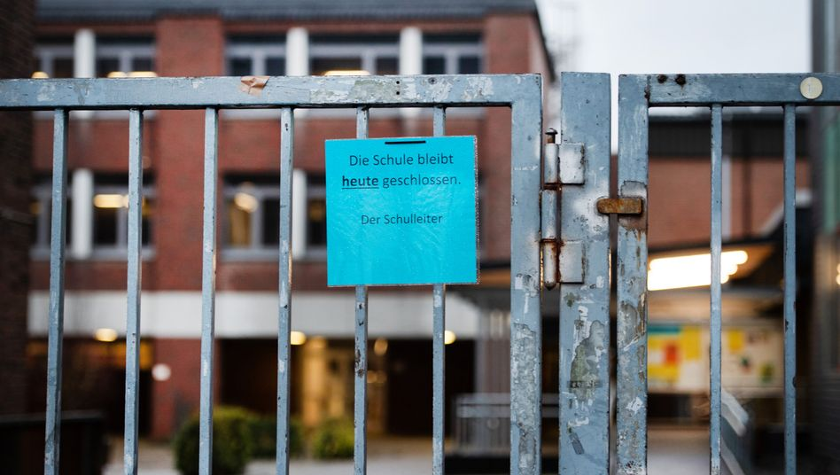 """Heinsberg: Ein Hinweis """"Die Schule bleibt heute geschlossen, Der Schulleiter"""" am Eingang eines Gymnasiums"""