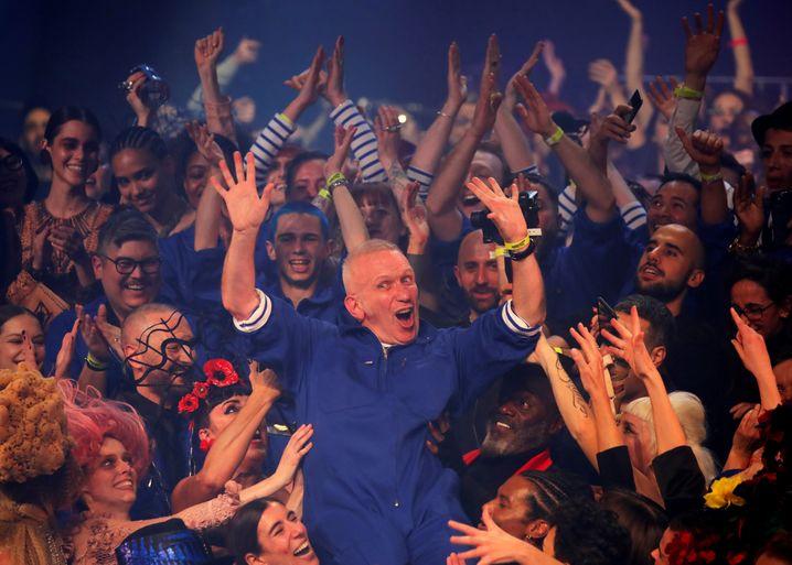 Alle eine große Familie: Jean Paul Gaultier nach seiner Abschiedsmodenschau im Januar 2020