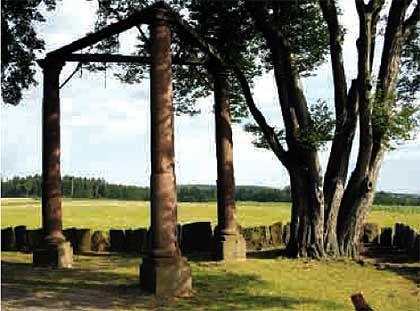 Deutschlands einziger vollständig erhaltener Galgen mit drei Pfosten in Beerfelden im Odenwald, erbaut um 1600: Letzte Hinrichtung soll hier 1804 stattgefunden haben