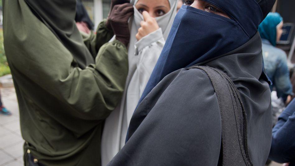 Islamistinnen in Offenbach (Archivbild): Deutsche Frauen ziehen ins Kampfgebiet