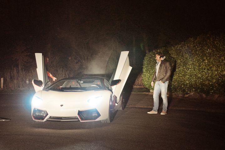 Sportler Wiese mit seinem Lamborghini
