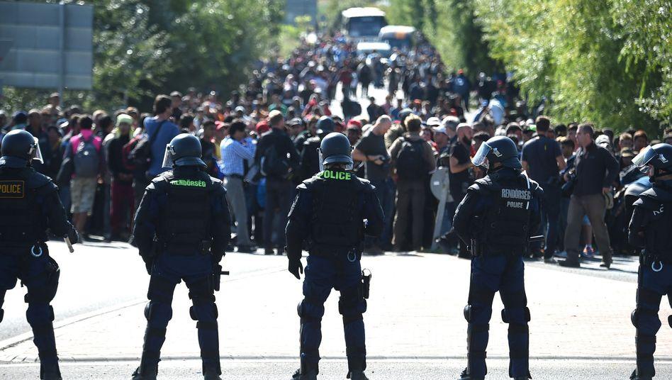 Ungarische Polizisten am Sammellager Röszke: Hunderte Flüchtlinge brachen aus