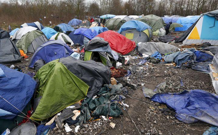 Flüchtlingslager nahe Calais: Kleine Zelte, matschiger Boden