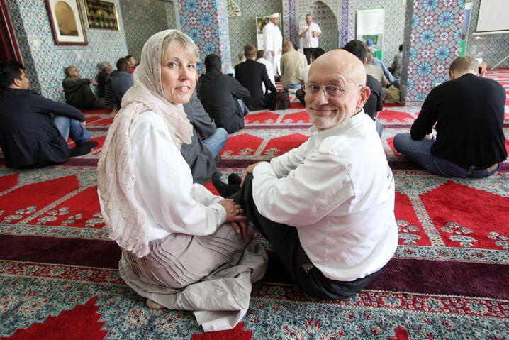 Nehberg und seine Frau Annette in einer Moschee in Hamburg-St. Georg vor einem Vortrag gegen weibliche Genitalverstümmelung