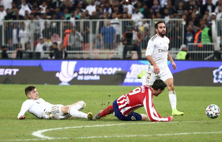 Im Supercup bekommt Reals Valverde (l.) Rot - und anschließend ein Lob von Simeone