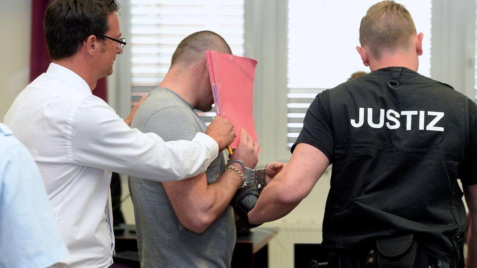 Angeklagter im Landgericht Dessau-Roßlau: Lange Haftstrafen nach tödlichem Überfall