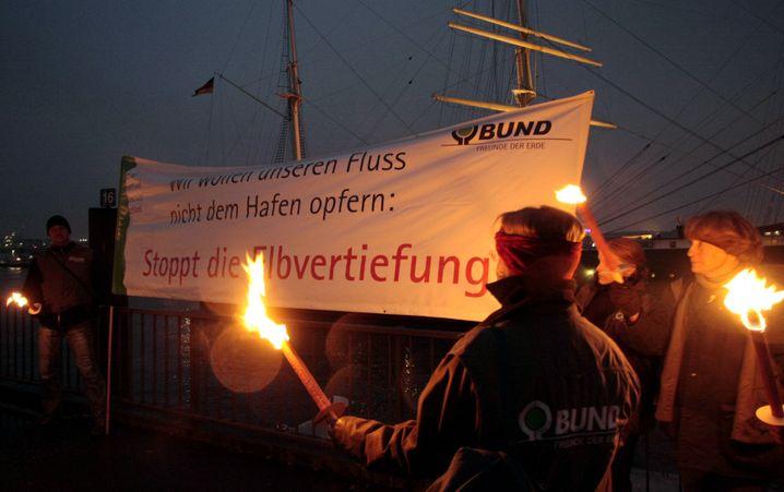 Protest gegen Elbvertiefung (2008:): Bis 2013 soll das Projekt abgeschlossen sein