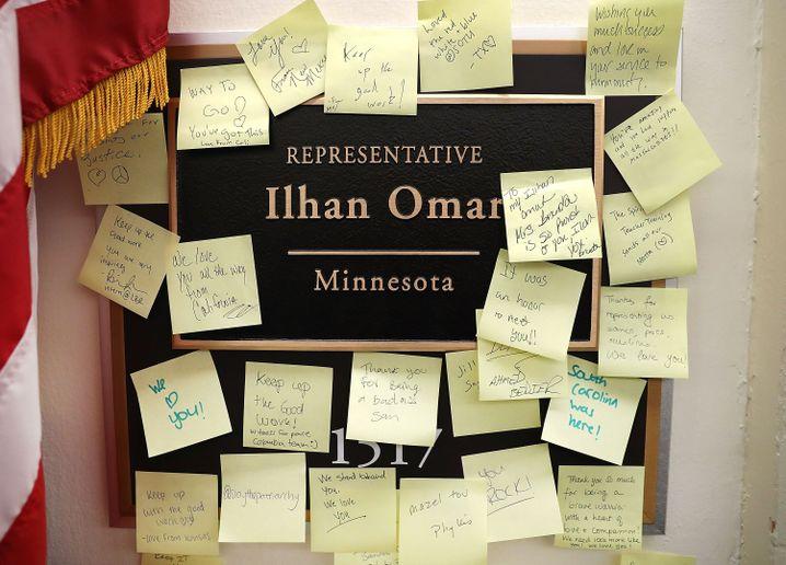 Unterstützungsnotizen für Ilhan Omar an ihrem Büro
