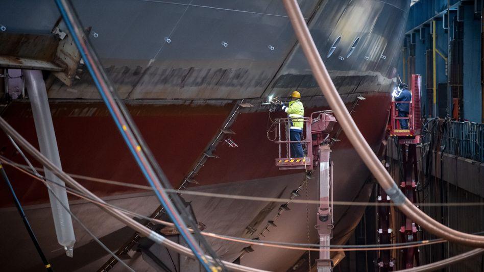 Arbeiter in der Meyer-Werft in Papenburg: viele Schiffbauer in Kurzarbeit