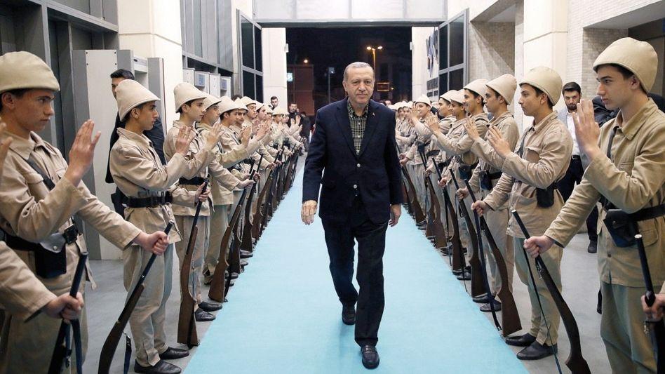 Präsident Erdoğan bei einem Wahlkampfauftritt in Istanbul »Nun entwickeln wir uns zu einer nahöstlichen Autokratie«
