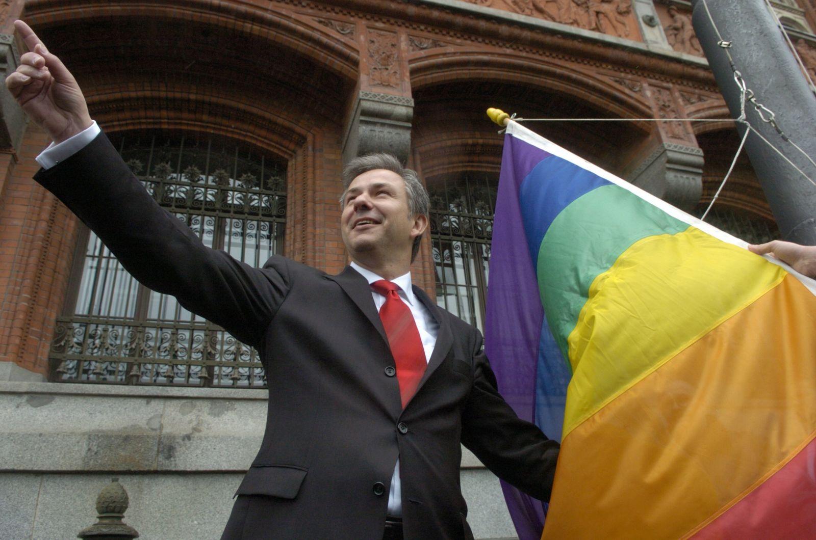 Klaus Wowereit hisst Regenbogenfahne