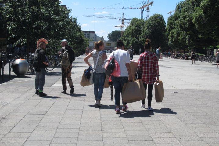 Primark-Einkäuferinnen in Berlin: Die eigene Kleidung hat mit den schlimmen Nachrichten nichts zu tun
