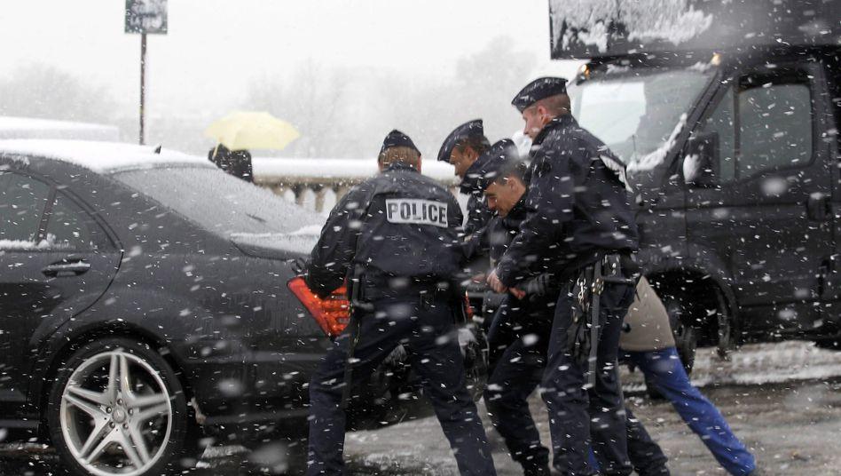 Pariser Polizisten im Schneetreiben: Nicht angemessen reagiert