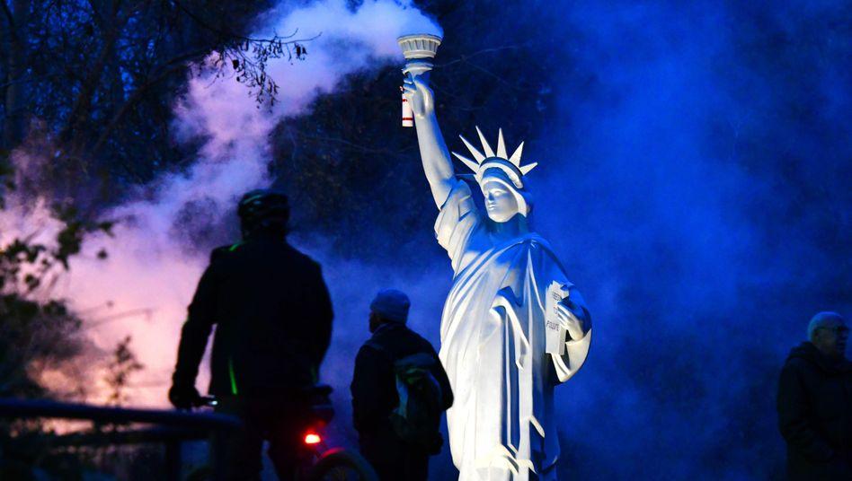 """""""Wir sind noch dabei"""": Symbol der Freiheitsstatue in Bonn als Zeichen des klimapolitischen Widerstands gegen die US-Regierung"""