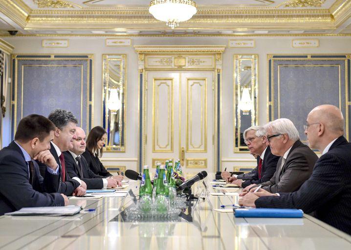 Ukrainischer Präsident Poroschenko und Außenminister Steinmeier im November in Kiew: Suche nach einem Durchbruch