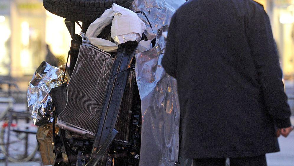 Unfall Hamburg: Auto rast auf Gehweg