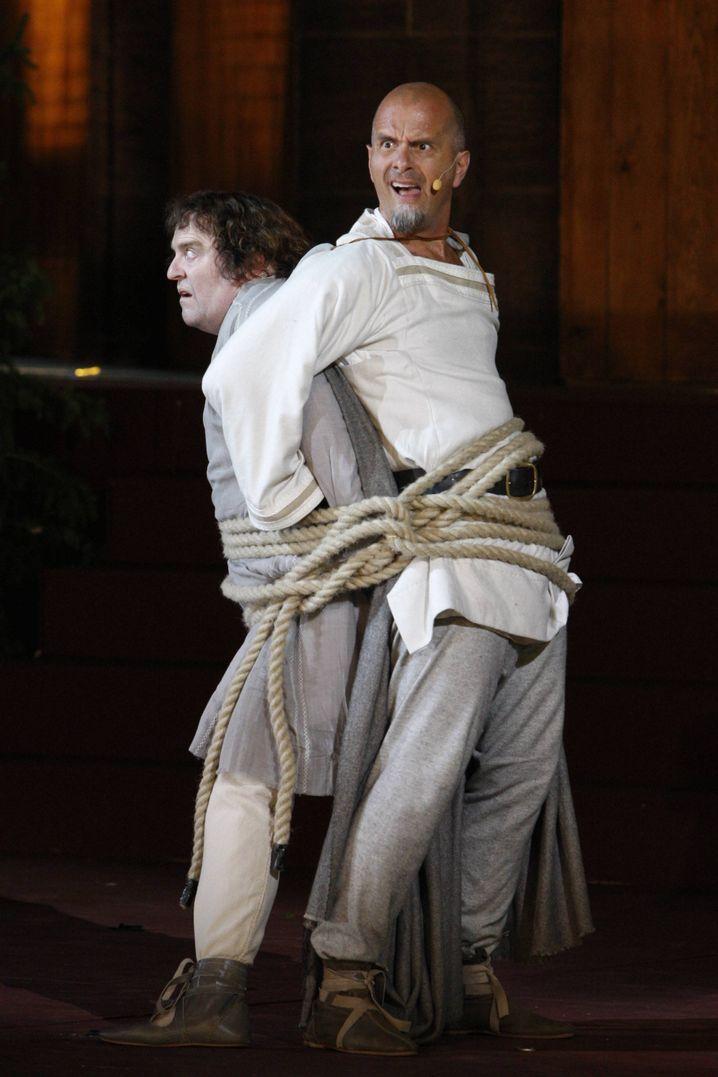 """Gustav Peter Wöhler und Christoph Maria Herbst während einer Fotoprobe des Stücks """"Das Leben des Siegfried"""""""