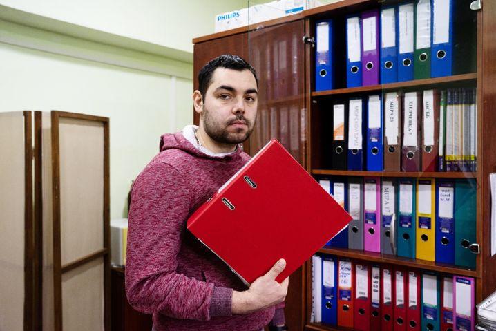 Ilja im Büro seiner Hausgemeinschaft