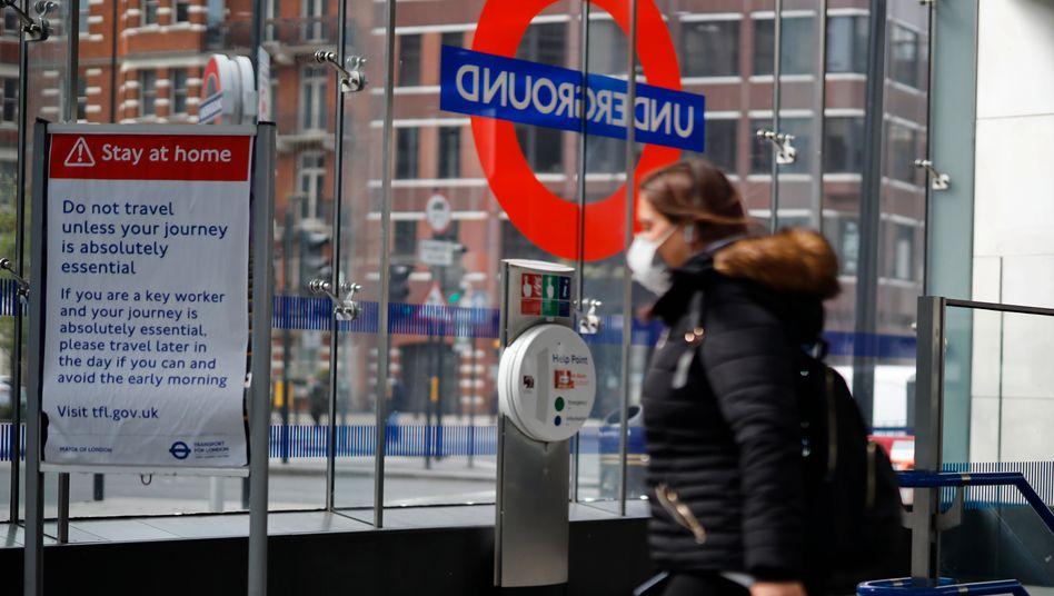 Mundschutz wegen der Corona-Pandemie: Vorsichtsmaßnahmen am Londoner Bahnhof Victoria