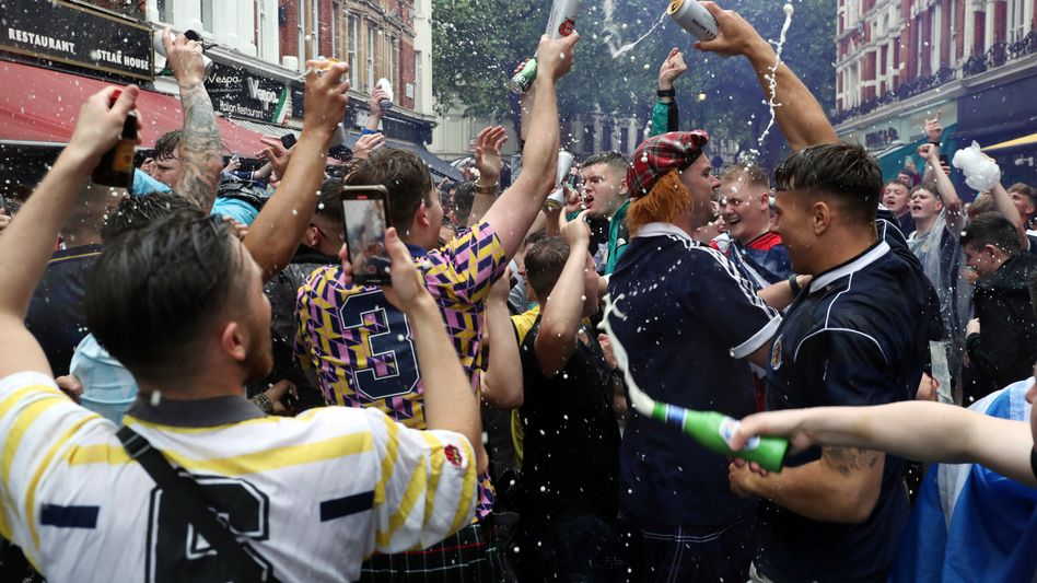 Schottische Fußballfans feiern in London