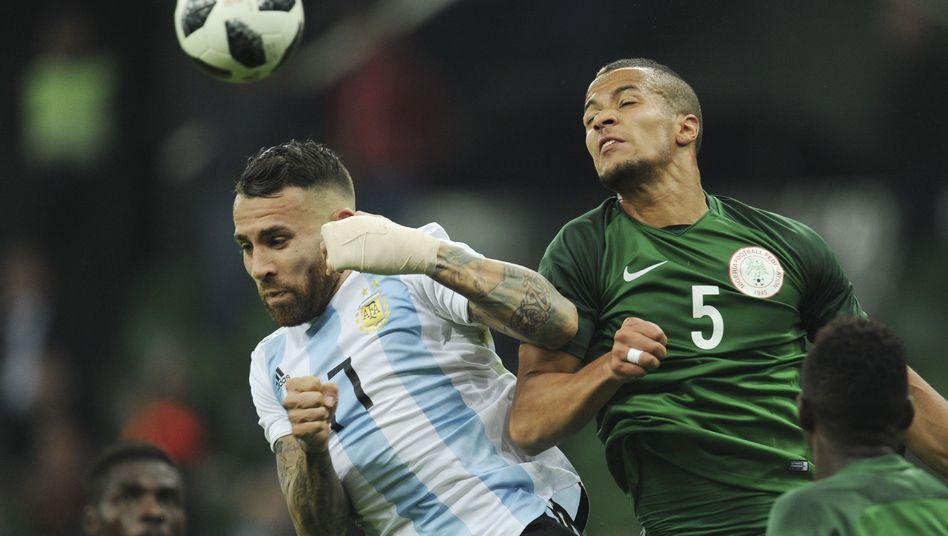 Argentiniens Nicolas Otamendi (l.) im Zweikampf mit Nigerias William Troost-Ekong