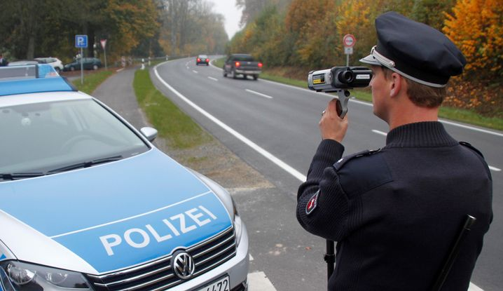 Polizist mit Blitzpistole: Laserkanone gegen Raser