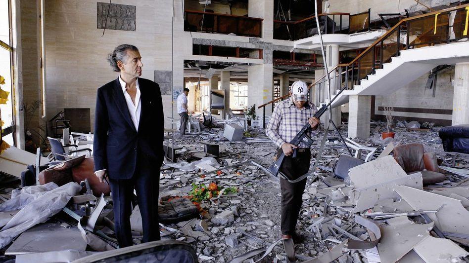 Schriftsteller Lévy im zerstörten Rathaus von Misurata im Mai 2011: »Ich habe mein ganzes Leben damit verbracht, etwas zu versuchen«