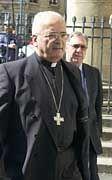 Monsignore Pican, Bischof von Bayeux, verlässt das Gericht in Caen