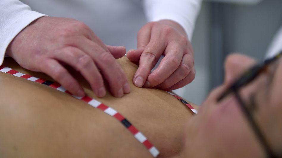 Medizinische Tastuntersucherin (MTU) untersucht die Brust einer Patientin