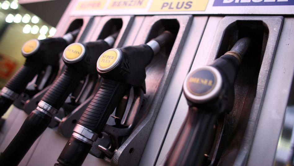 Zapfpistolen an einer Tankstelle: Traditionelle Empörung zu Ostern