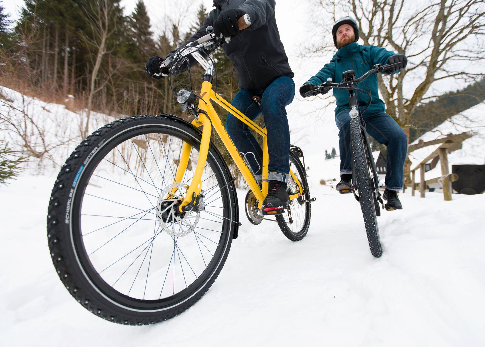 Bloß nicht den Halt verlieren. Eine Grundregeln beim Radfahren bei Schnee und Eis: In Kurven möglichst nicht bremsen oder treten.