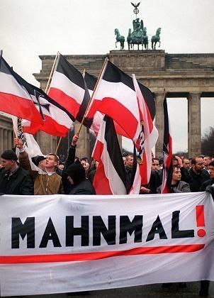 Rechtsextreme am Brandenburger Tor: Im Jahr 2000 hatten NPD-Anhänger dort gegen das Holocaust-Mahnmal demonstriert