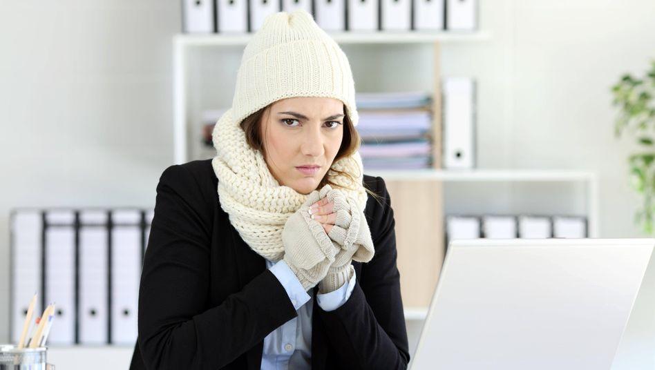 Kein Bibbern und Zittern bei der Arbeit: In einem Büro oder einem Geschäft darf es nicht kälter als 17 Grad Celsius sein