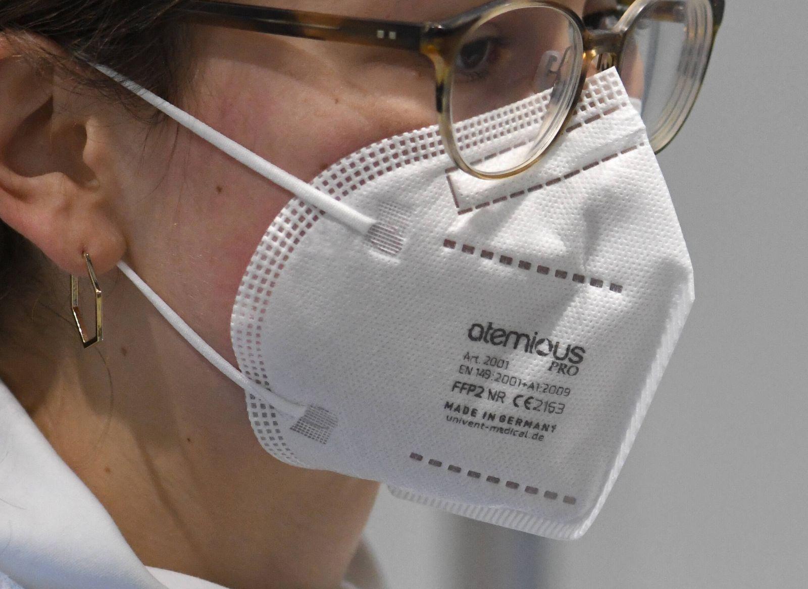 Eine junge Frau traegt bei einem Probelauf im zentralen Impfzentrum in Freiburg eine zertifizierte FFP2-Maske. Die koste