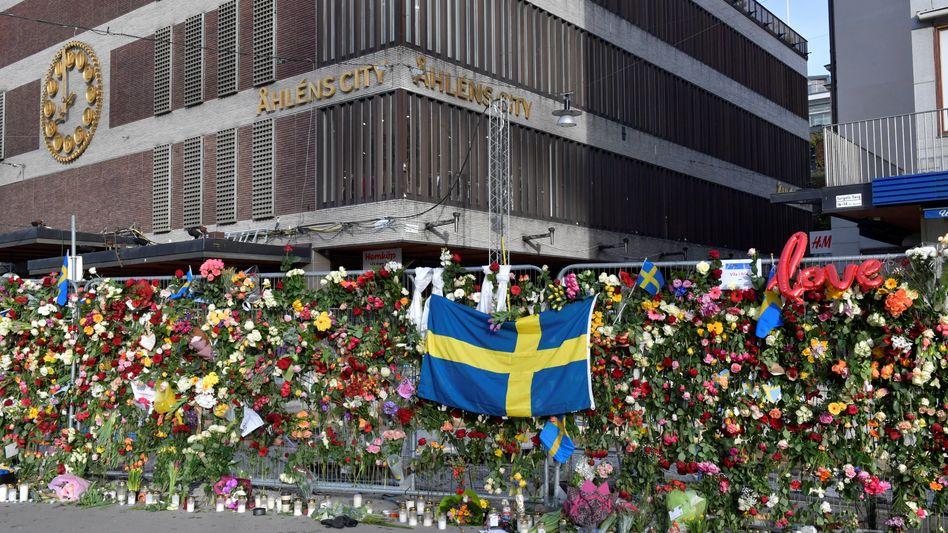 Blumen vor dem Tatort in Stockholm