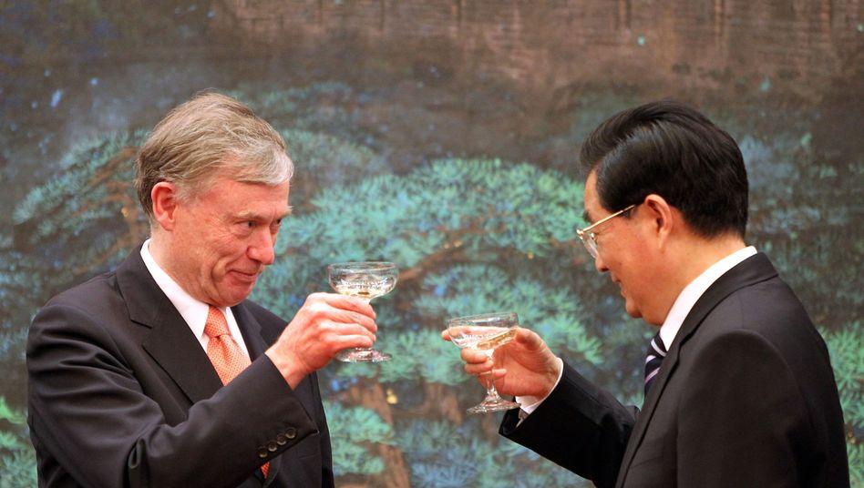 """Horst Köhler (li) und Hu Jintao: Ein Glas Sekt mit einem """"alten Freund"""""""