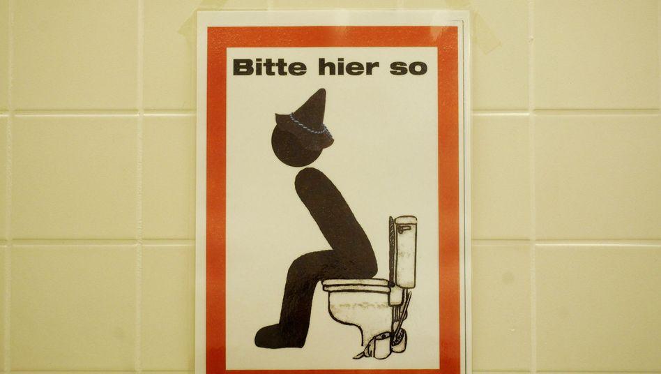 Hinweisschild auf Toilette: Wer stehen bleibt, riskiert nur Ärger mit der Frau