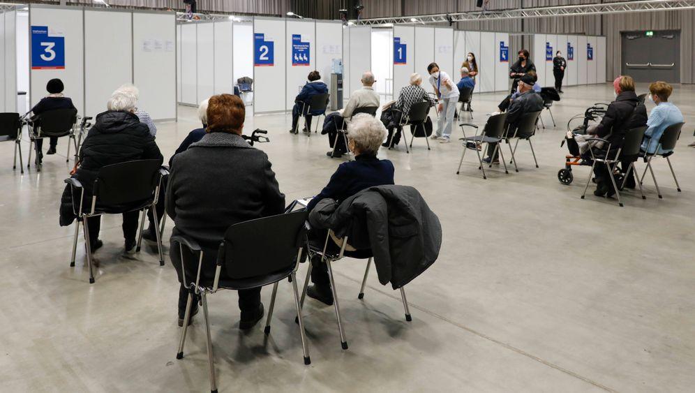 Menschen warten im Impfzentrum Frankfurt/Oder