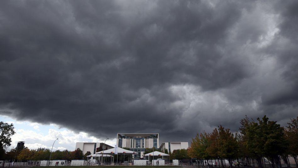 Dunkle Wolken über dem Bundeskanzleramt