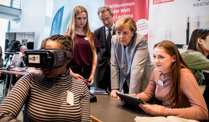 Bundeskanzlerin Angela Merkel (2.v.r.,CDU) spricht mit jungen Frauen am 26.04.2017 bei der Auftaktveranstaltung zum Girls' Day, im Bundeskanzleramt in Berlin. Zum Mädchen Zukunftstag wurde ein Technik Parcours im Kanzleramt gezeigt, bei dem sich die jungen Frauen über MINT Berufe informieren können. Foto: Michael Kappeler/dpa +++(c) dpa - Bildfunk+++ | Verwendung weltweit