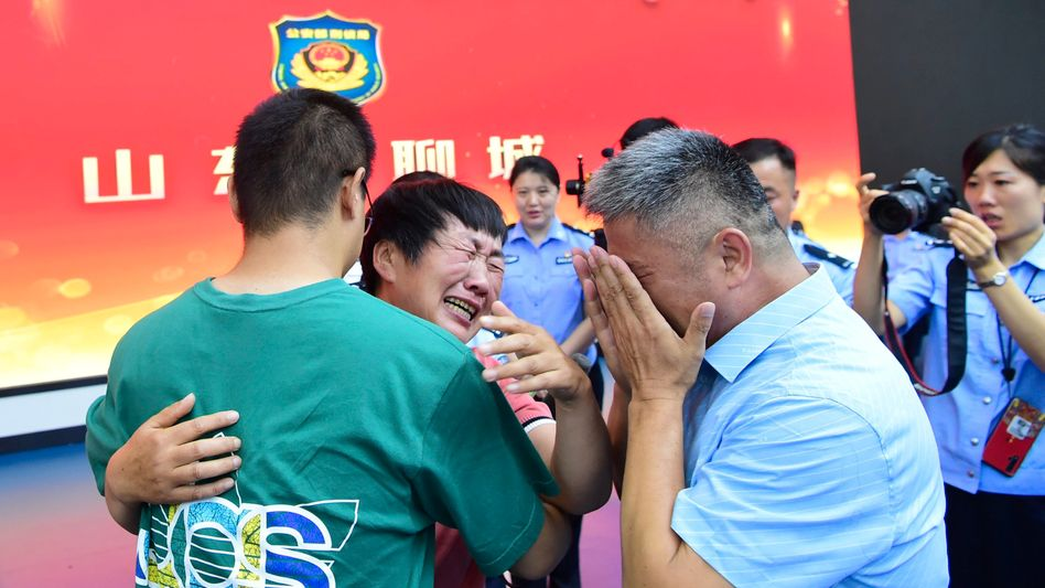 Tränenreiches Wiedersehen: Guo Gangtang, seine Frau und ihr Sohn Guo Xinzhen