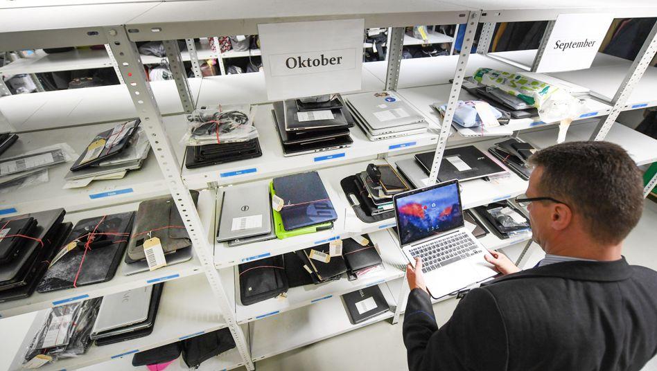 Laptop-Regal im Fundbüro (am Frankfurter Flughafen)