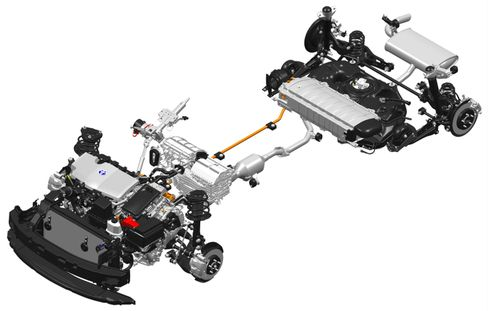 Antriebsstrang des Prius der vierten Generation. Unter der Rückbank ist die Batterie untergebracht.