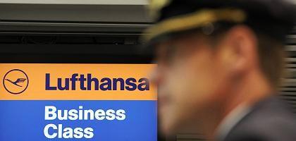 Pilot am Flughafen Düsseldorf: Ein Blick auf die Lufthansa ist ein Blick auf die Zukunft der deutschen Tarifpolitik, sagt ein Experte