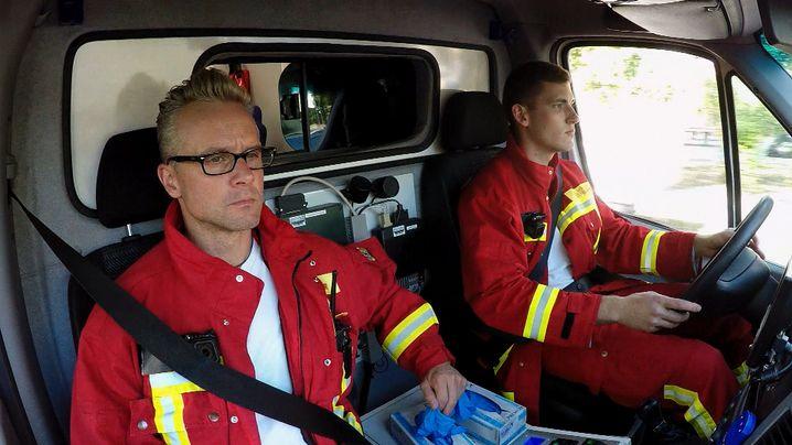 Hauptbrandmeister Boris Strebel und sein Kollege Kevin Pöggel im Einsatz