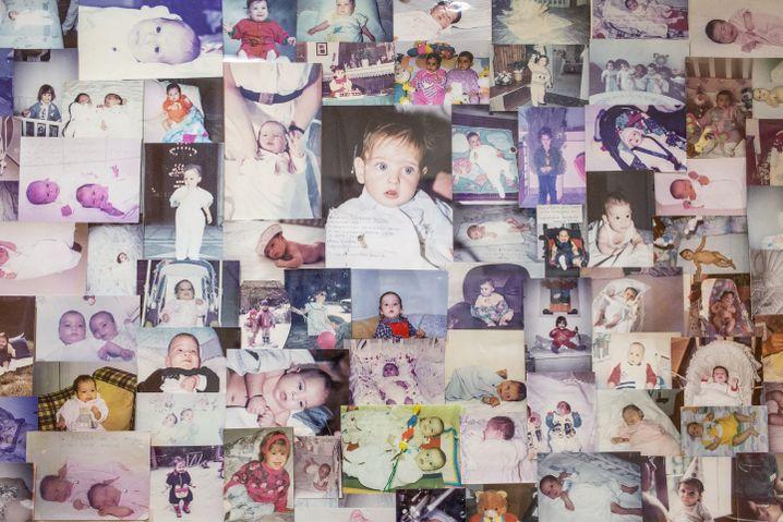 Babyfotos von ehemaligen Patientinnen an den Wänden in der Genesis-Klinik von Konstantinos Pantos