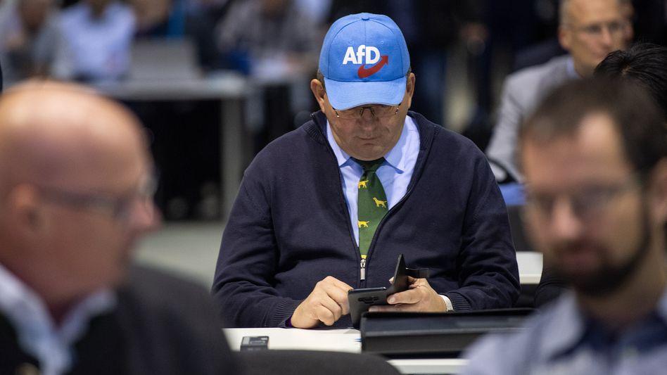 Käppi und Hunde-Krawatte: AfD-Delegierter im sächsischen Riesa im Januar 2019